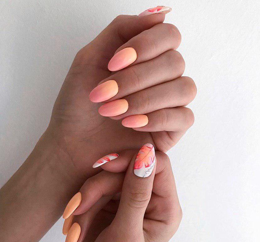 Маникюр омбре с оранжевым переходом в роховый с дизайном на овальной форме ногтей
