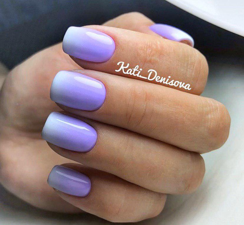 Маникюр омбре сиреневый переходящий в нежно-голубой на коротких ногтях квадратной формы