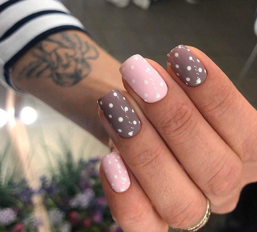 Маникюр розовый с пастельным цветом и в горошек на квадратных ногтях