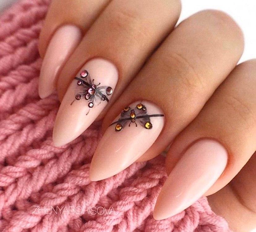Маникюр с бабочками и стразами на миндальной форме ногтей