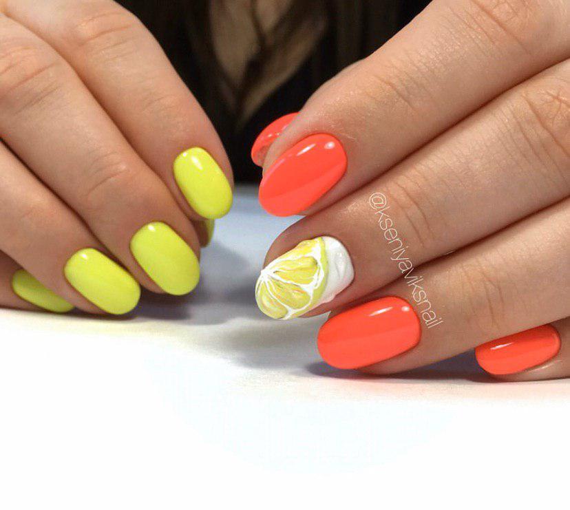 Маникюр с оранжевой рукой и желтой с дизайном лимон