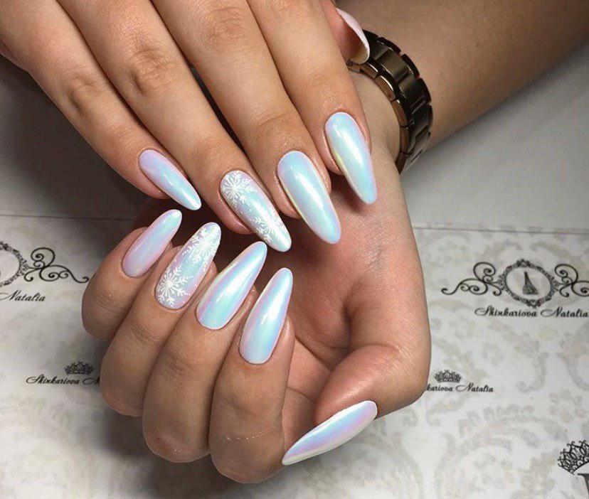 Маникюр с втиркой на овальных ногтях с дизайном снежинками на новый год