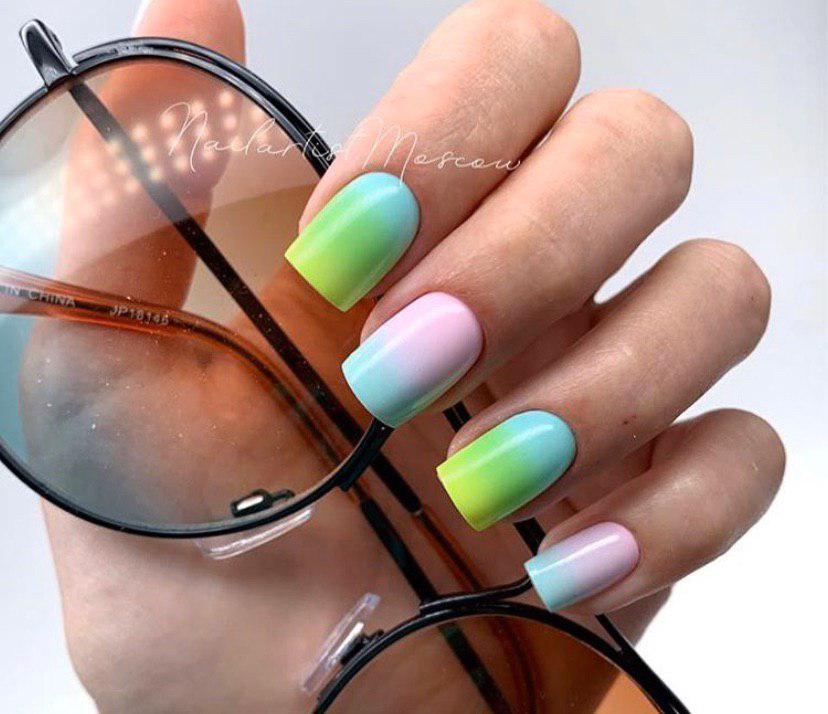 Маникюр с ярким красочным омбре на все ногти короткой длины