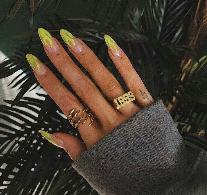 Маникюр с зеленым пламинем на длинных ногтях