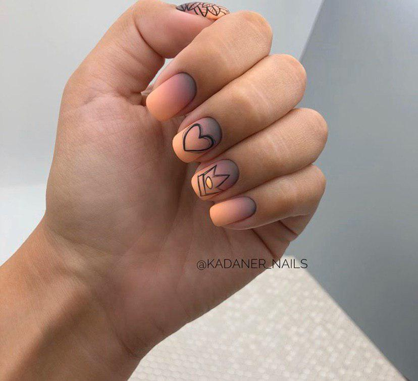 Маникюр сиренево-оранжевое омбре на коротких ногтях