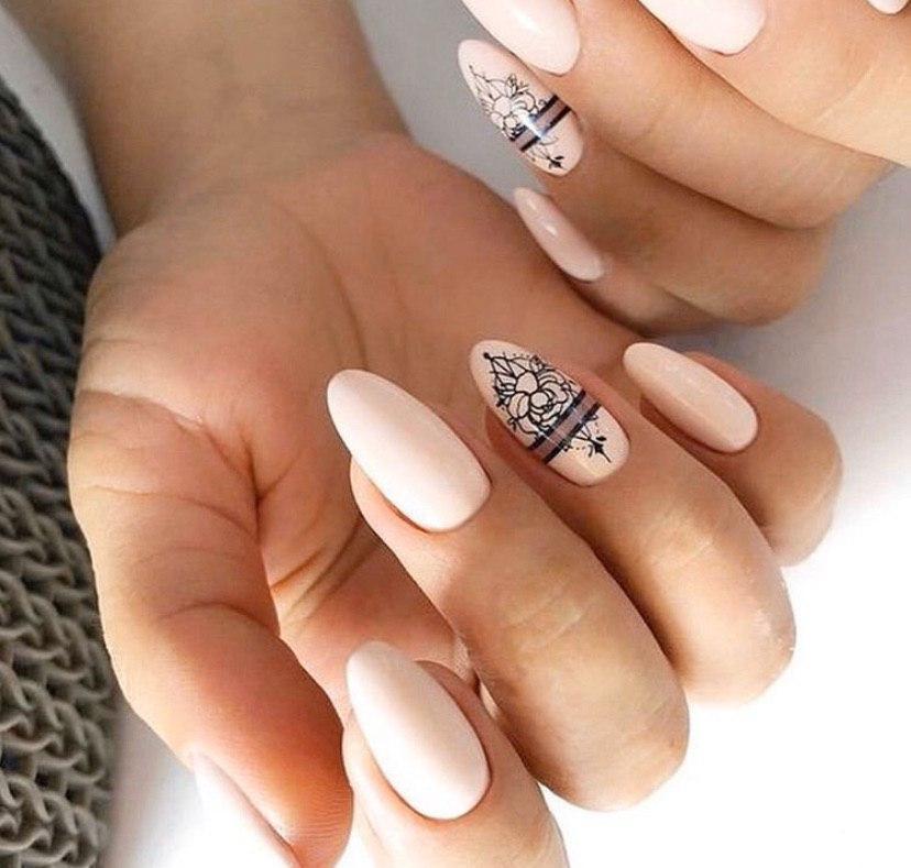 Маникюр со стемпингом в бежевом цвете на миндальных ногтях