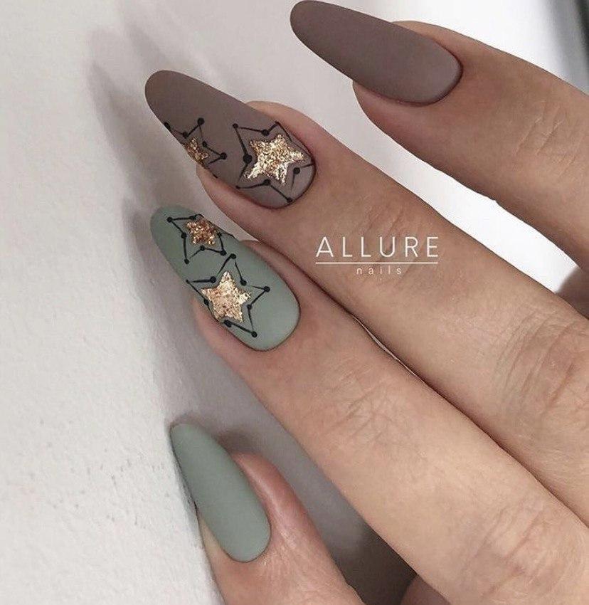 Маникюр в матовом цвете на овальной форме ногтей с дизайном звездочками в матовом цвете
