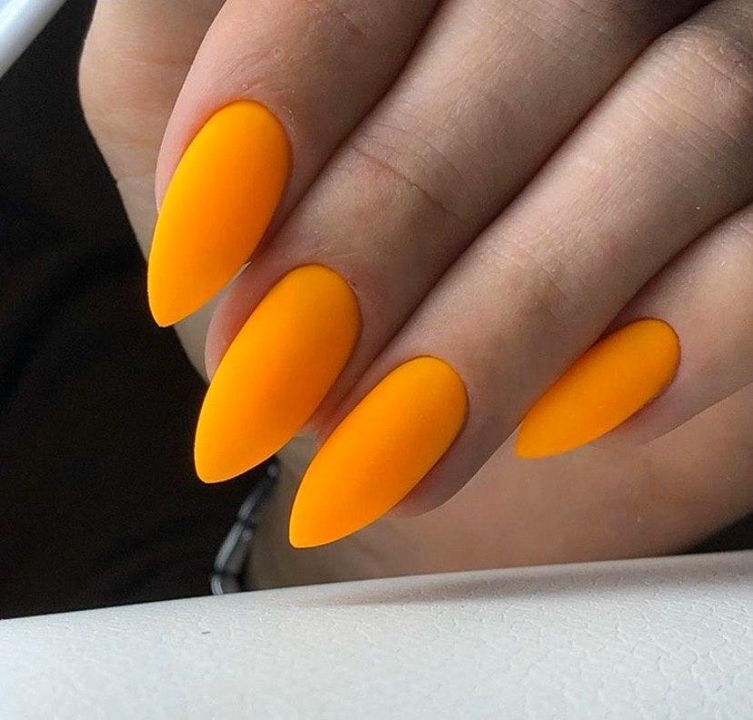 Маникюр в матовом покрытии морковного цвета на овальной форме ногтей