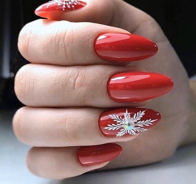 Маникюр в винном цвете со снежинкой на длинных овальных ногтях