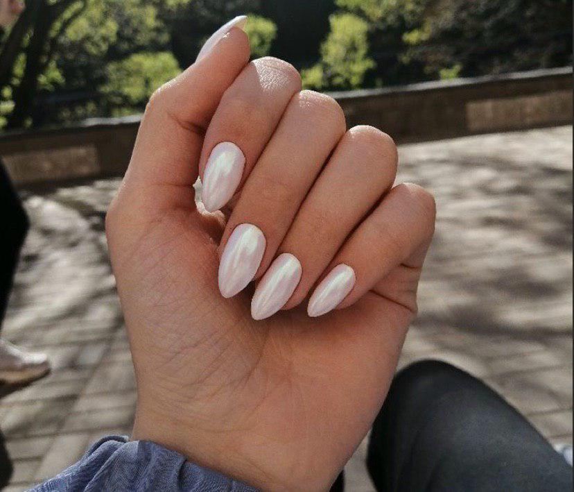 Маникюр втирка на белом фоне на длинных миндальных ногтях