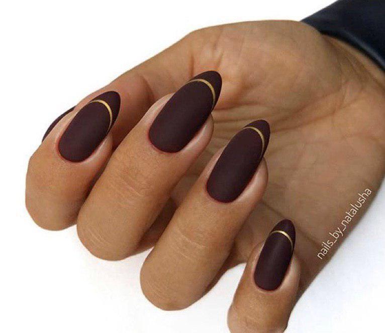 Матовый коричневый маникюр с золотой полоской по линии френча на миндальной форме ногтей