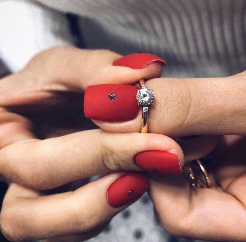 Матовый красный маникюр на квадратных ногтях с стразами