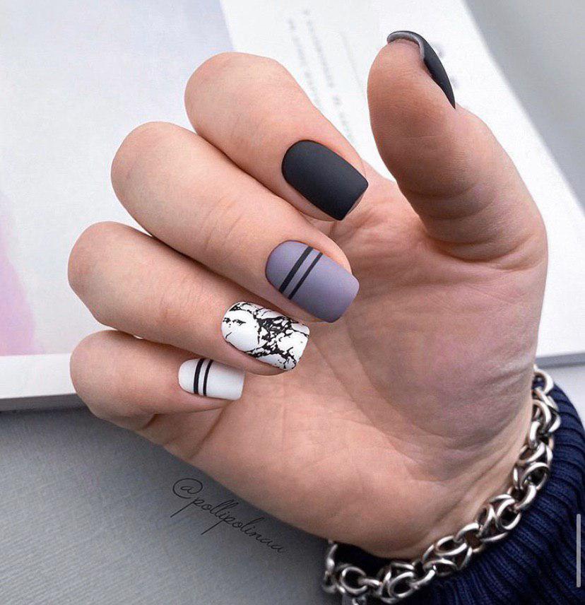 Матовый маникюр с дизайном на коротких квадратных ногтях