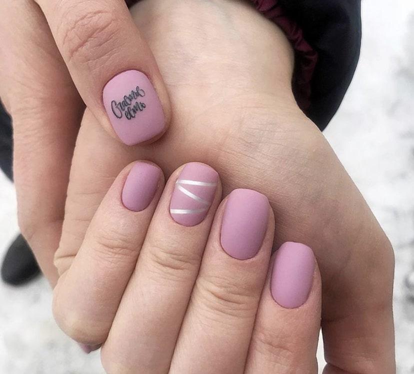 матовый розовый маникюр на коротких ногтях с серебристыми полосками