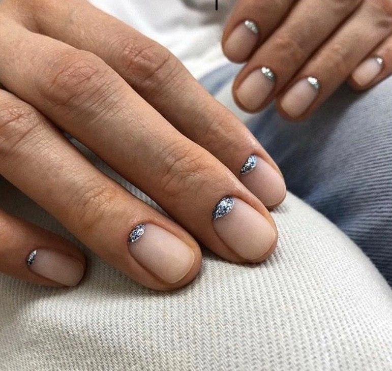 Матовый прозрачный маникюр с серебряными лунками 2020