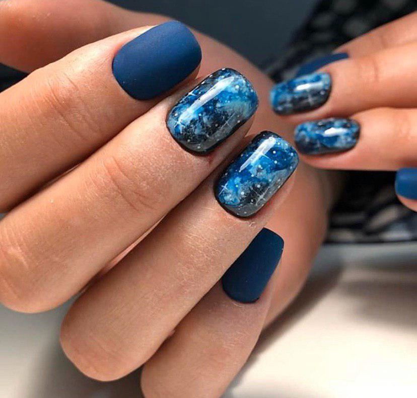 Матовый синий маникюр на коротких ногтях с космосом