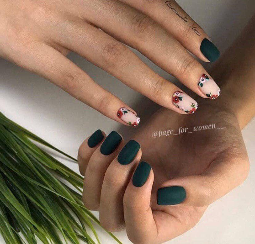 Матовый зеленый с бежевым маникюр с дизайном на короткие ногти