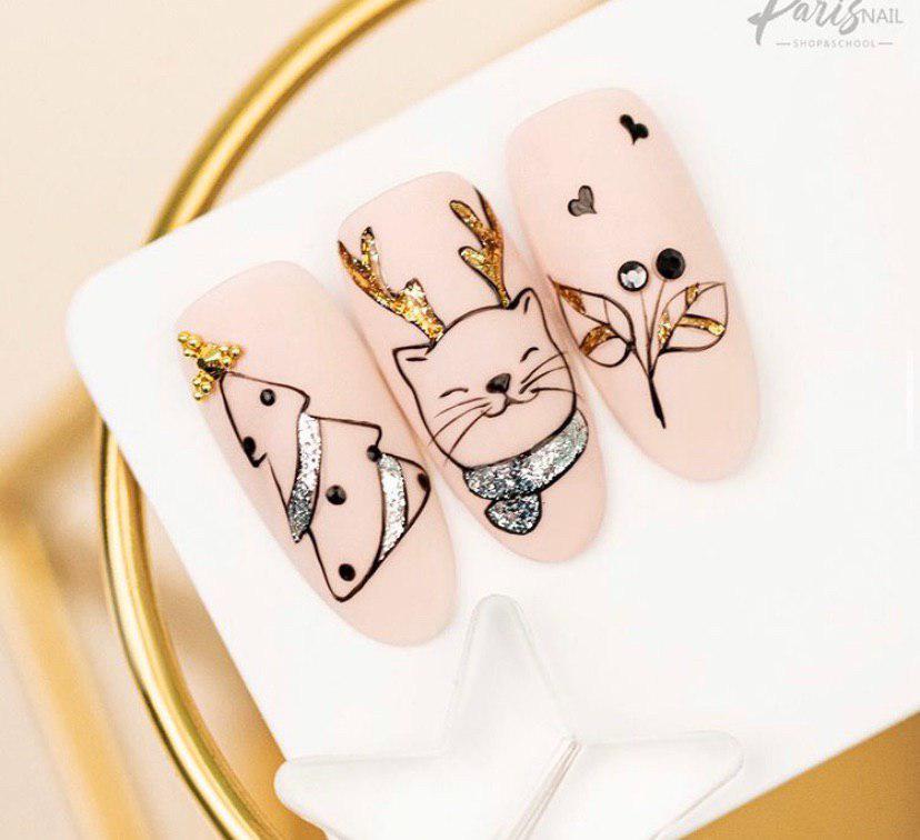 Милый маникюр на бежевых ногтях с новогодним дизайном на 2020