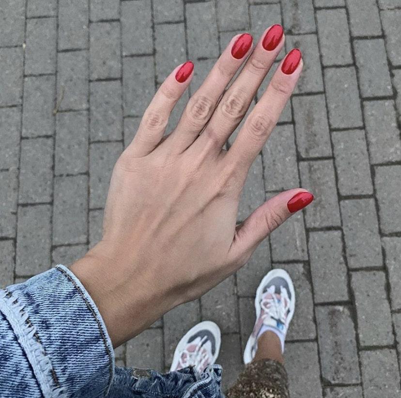 Миндалевидная форма ногтей средней длины