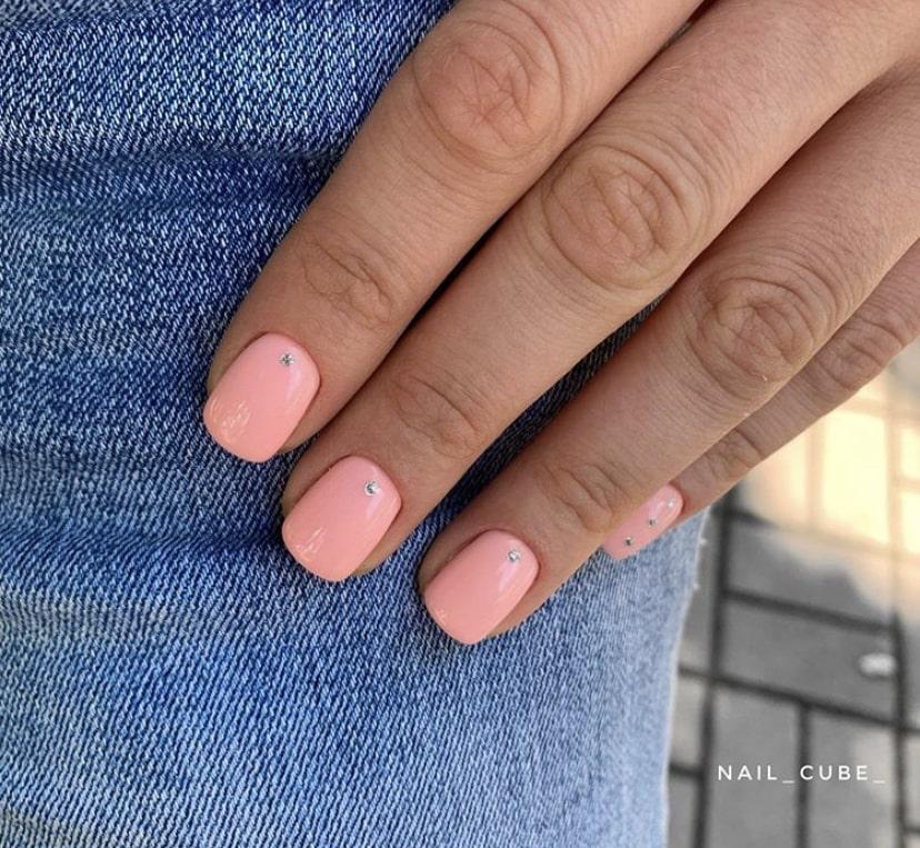 Модный в 2019 повседневный маникюр на короткие ногти