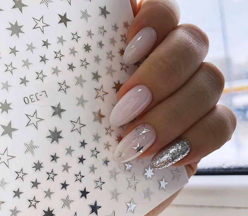 Лиловый маникюр с шикарным дизайном мазки на овальный ногти