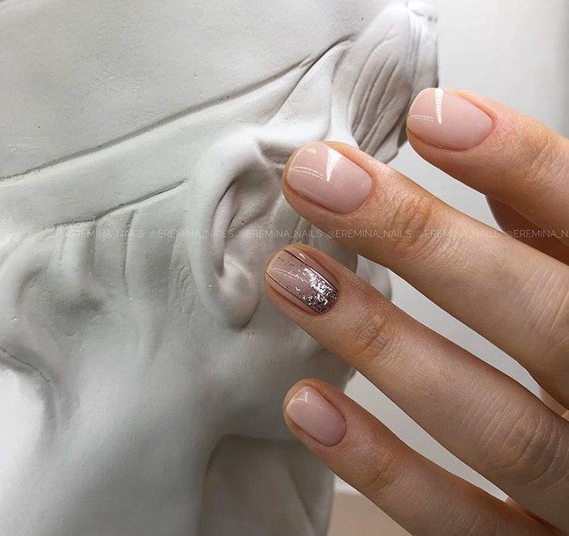 Нюдовый маникюр с переходом и блестками на коротких ногтях
