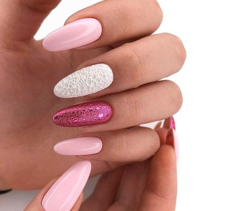 Нежно-розовый маникюр на длинных миндальных ногтях с дизайном с помощью пены