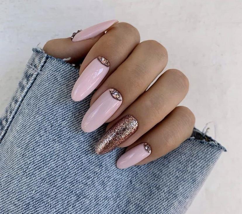 Нежно-розовый маникюр на овальной форме ногтей с блестками и лунками из блесток на зиму