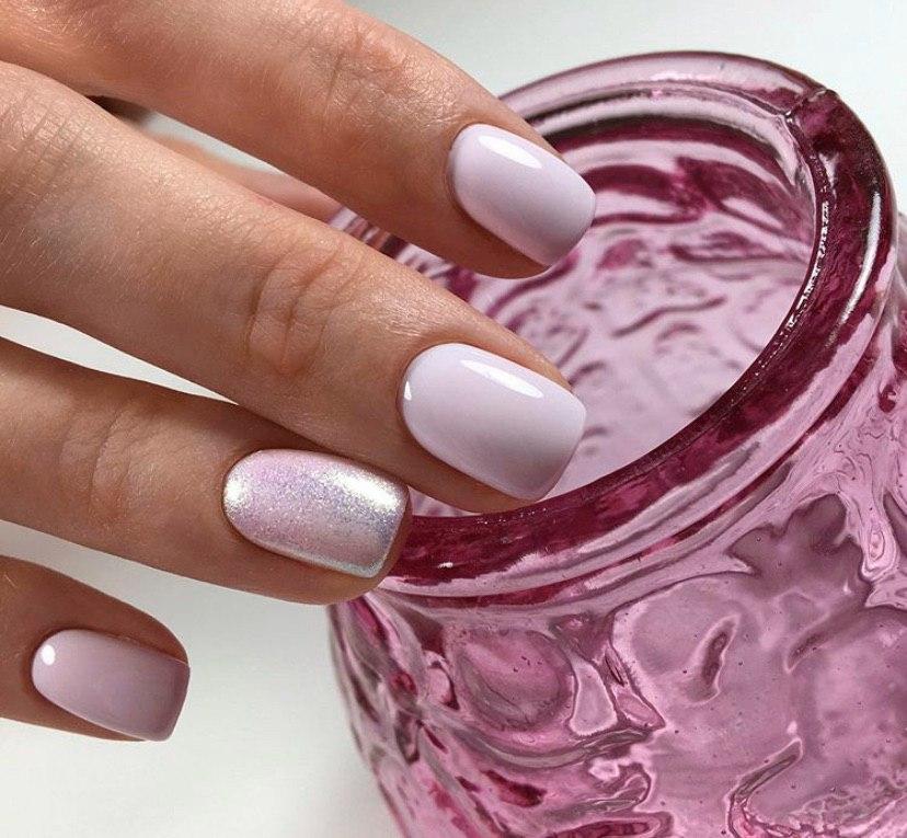 Нежно-розовый маникюр с блестками дизайн ногтей 2020
