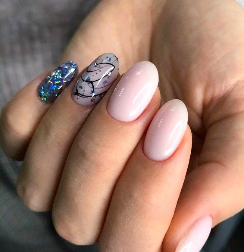 Нежно-розовый маникюр с дизайном и блестками на овальной форме ногтей