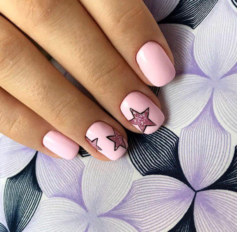 Нежно-розовый маникюр с дизайном на короткие ногти