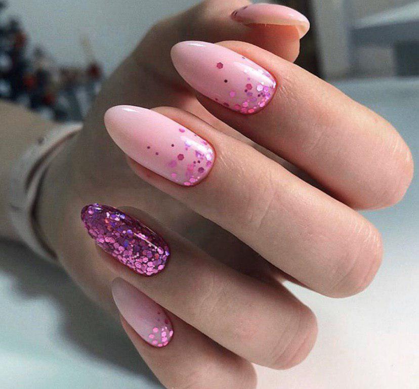 Нежно-розовый маникюр с малиновым глиттером на миндальной форме ногтей