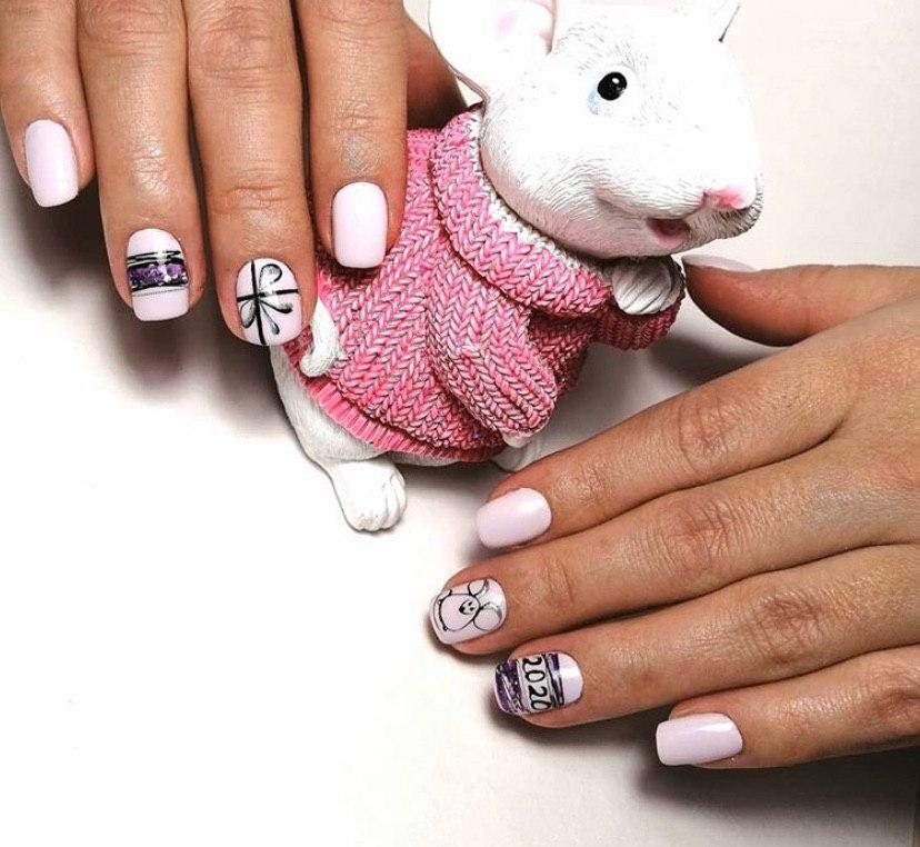 Нежно-розовый маникюр с мышкой и дизайном