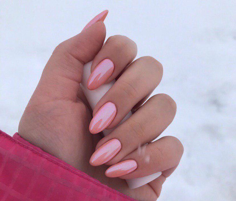 Нежно-розовый маникюр с втиркой на ногтях миндальной формы