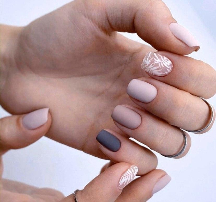 Нежные отенки с дизайном стемпинг на коротких квадратных ногтях