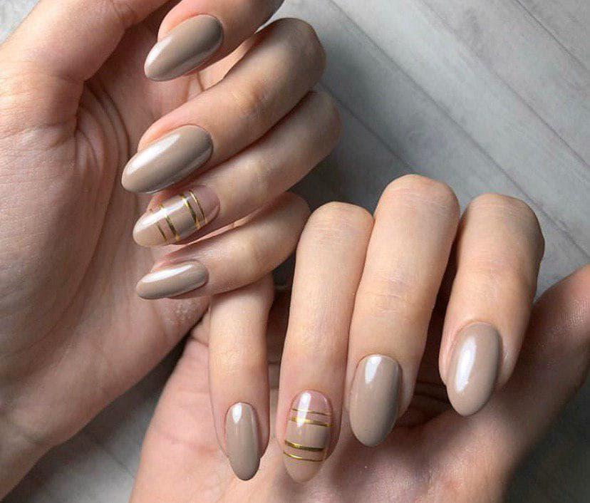 Нежный бежевый маникюр на овальной форме ногтей с полосками