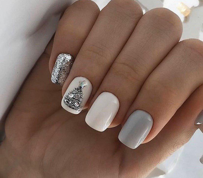 Нежный маникюр на коротких ногтях с елочкой на новый год