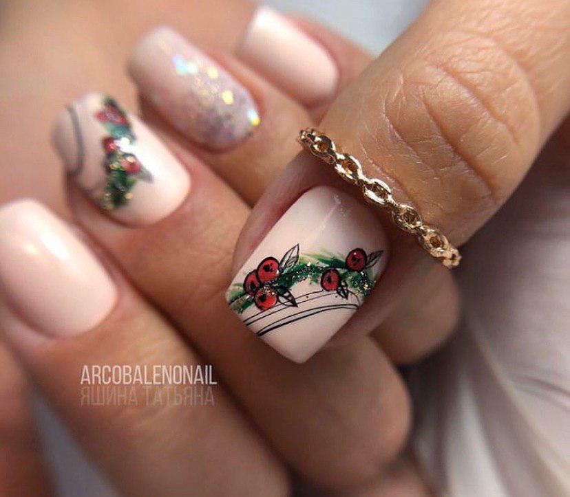 Нежный маникюр с ягодами на коротких ногтях