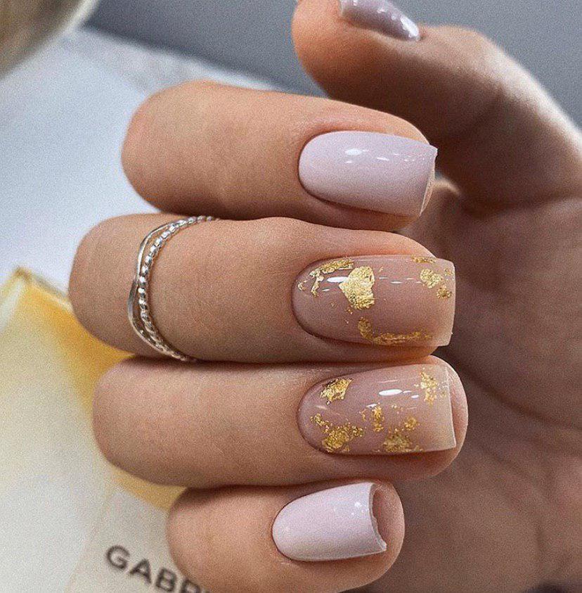 Нежный маникюр с золотыми вкраплениями фольги на коротких ногтях
