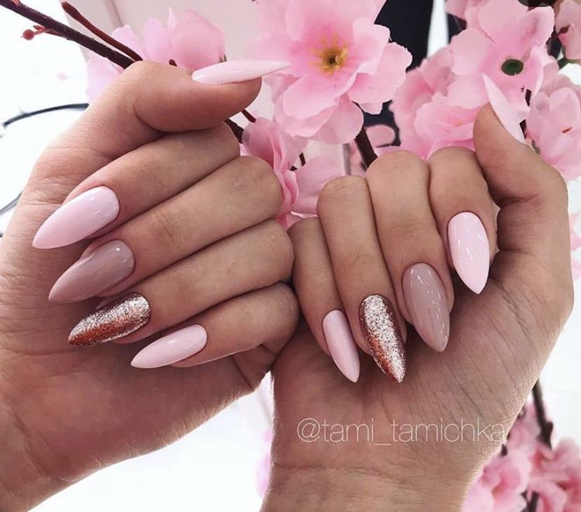 Нежный розовый маникюр с блестками на миндальной форме ногтей
