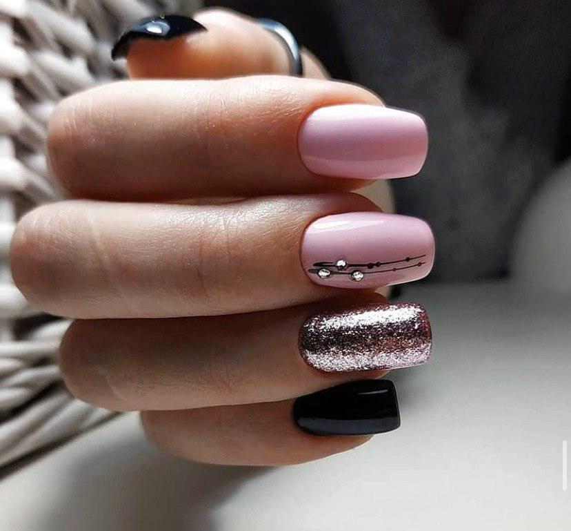 Нежный розовый маникюр с глиттером геометрией и стразами на квадратные ногти