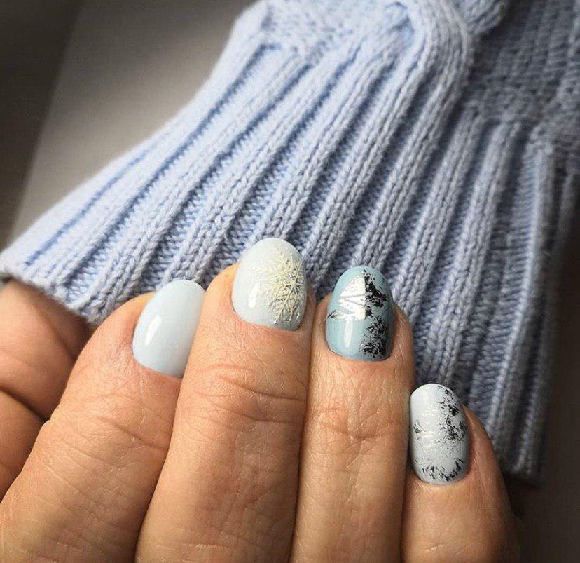 Нежный зимний голубой маникюр с фольгой и снежинкой на коротких овальных ногтях