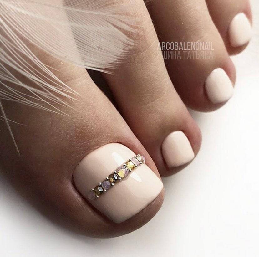 Нежный маникюр и педикюр с полоской на коротких ногтях