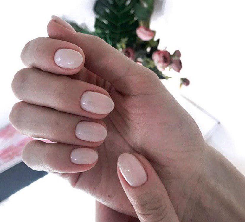 Нюдовый маникюр на коротких овальных ногтях