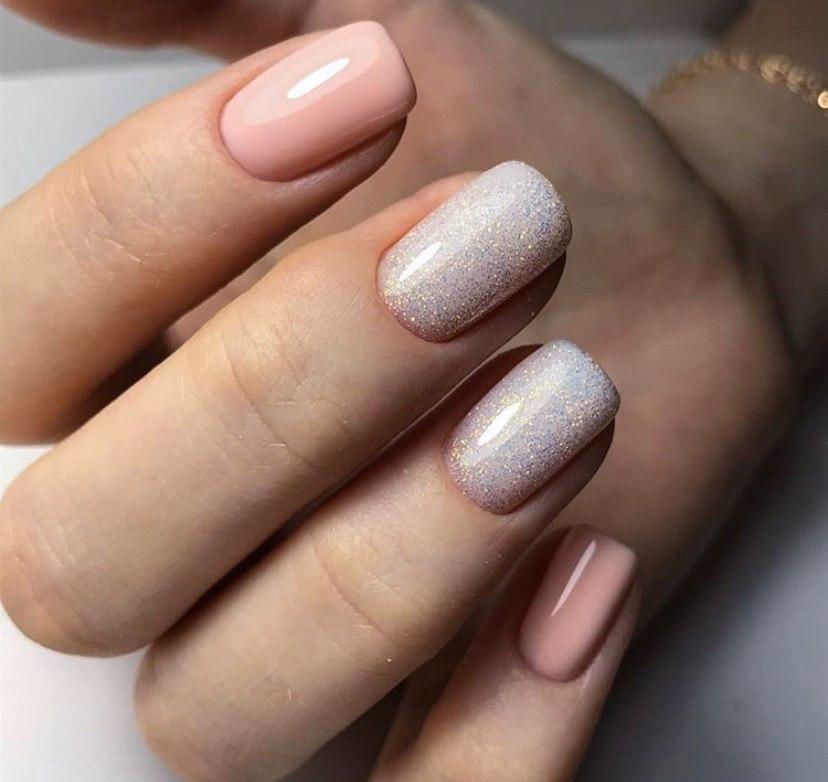 Нюдовый маникюр с блестками на коротких ногтях