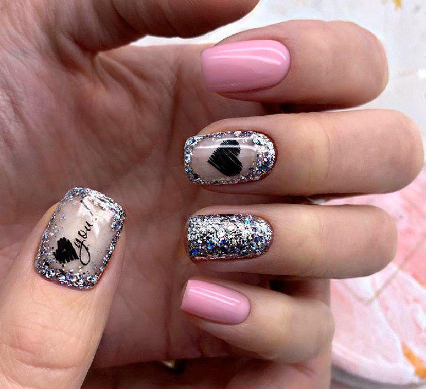 Нюдовый розовый маникюр с сердечком и блестками на коротких ногтях квадратной формы