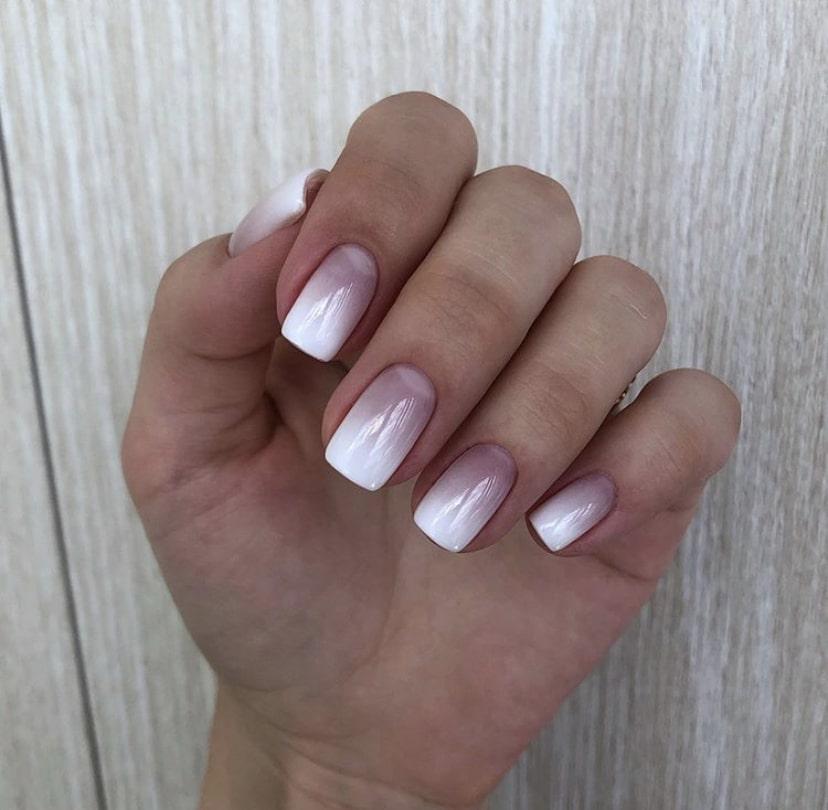 Нюдовый градиент на коротких ногтях