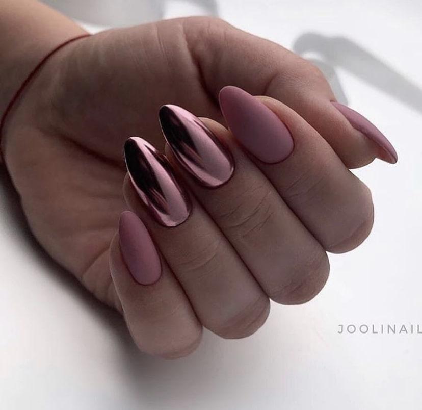 Однотонный маникюр с матовым покрытием двух ногтей