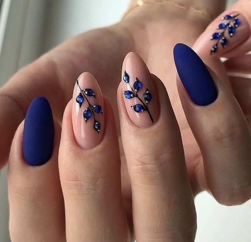 Однотонный синий миндалевидный маникюр