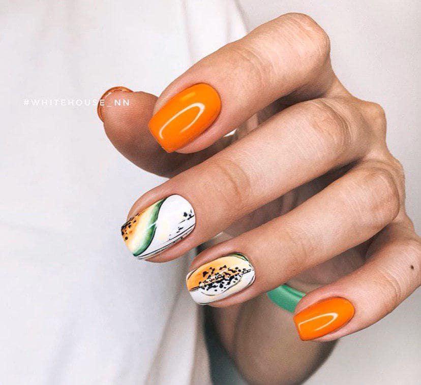 Оранжевый маникюр с дизайном папая